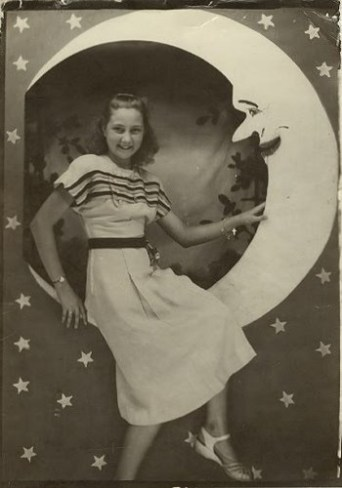 vintage-lady-poses-on-a-paper-moon