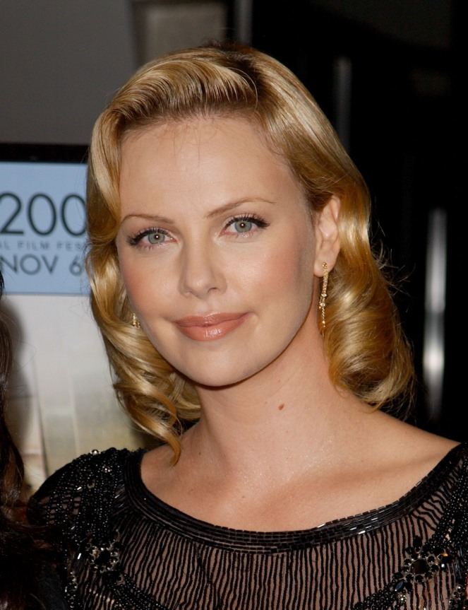 Charlize-Theron-a-la-premitere-de-Monster-at-the-Closing-Night-a-Los-Angeles-le-16-novembre-2003