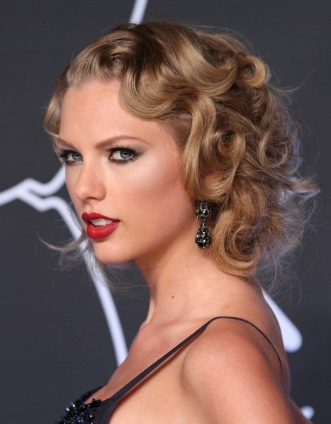 Taylor-Swift-Hairstyles-Flapper-Inspired-Hairstyle-for-Night-Out